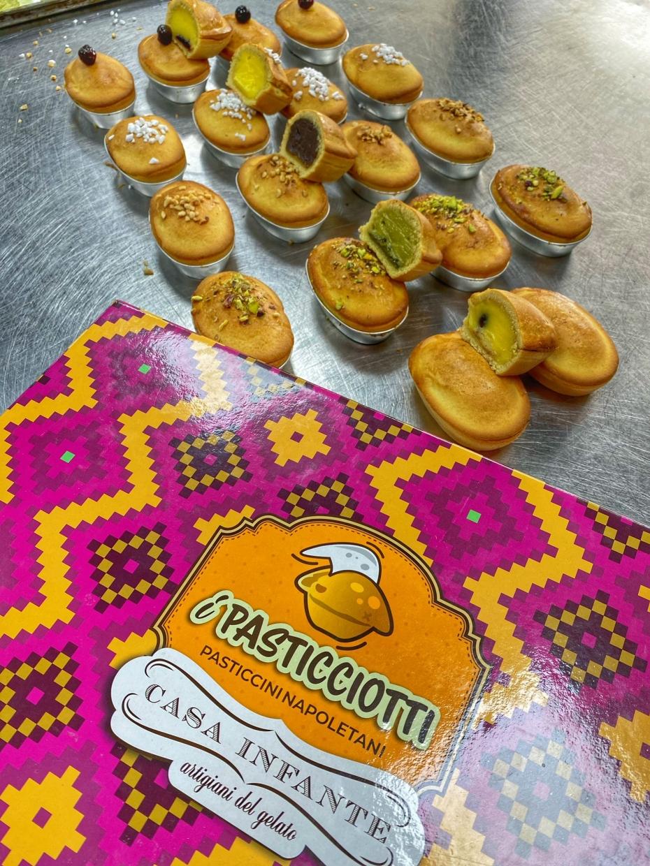 """Dal nostro """"Segreto di pulcinella"""" nasce un nuovo dolce pieno ma veramente pieno di bontà: i pasticcini Napoletani!"""